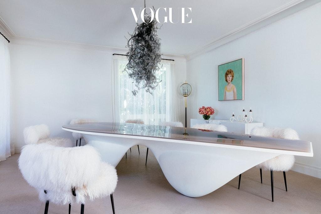 다이닝 룸 벽에 걸린 그림은 존 커린. 테이블은 자하 하디드. 의자는 파올라 나보네(Paola Navone). 테이블 위 샹들리에는 데보라 토머스(Deborah Thomas).