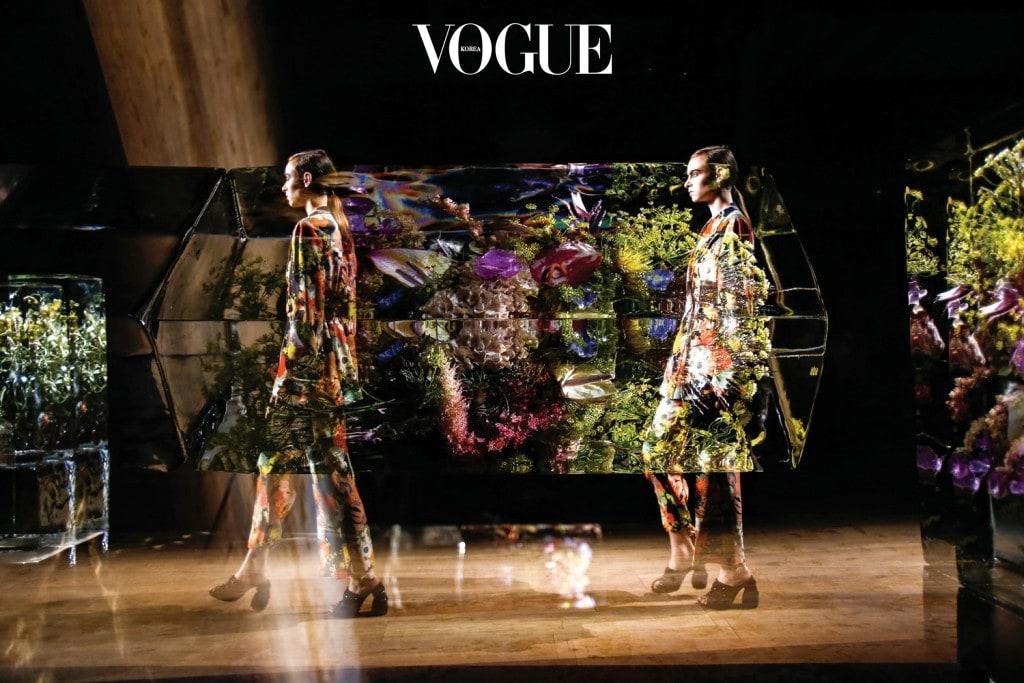 드리스 반 노튼 2017 S/S 컬렉션의 무대는 아즈마의 작품으로 꾸몄다.