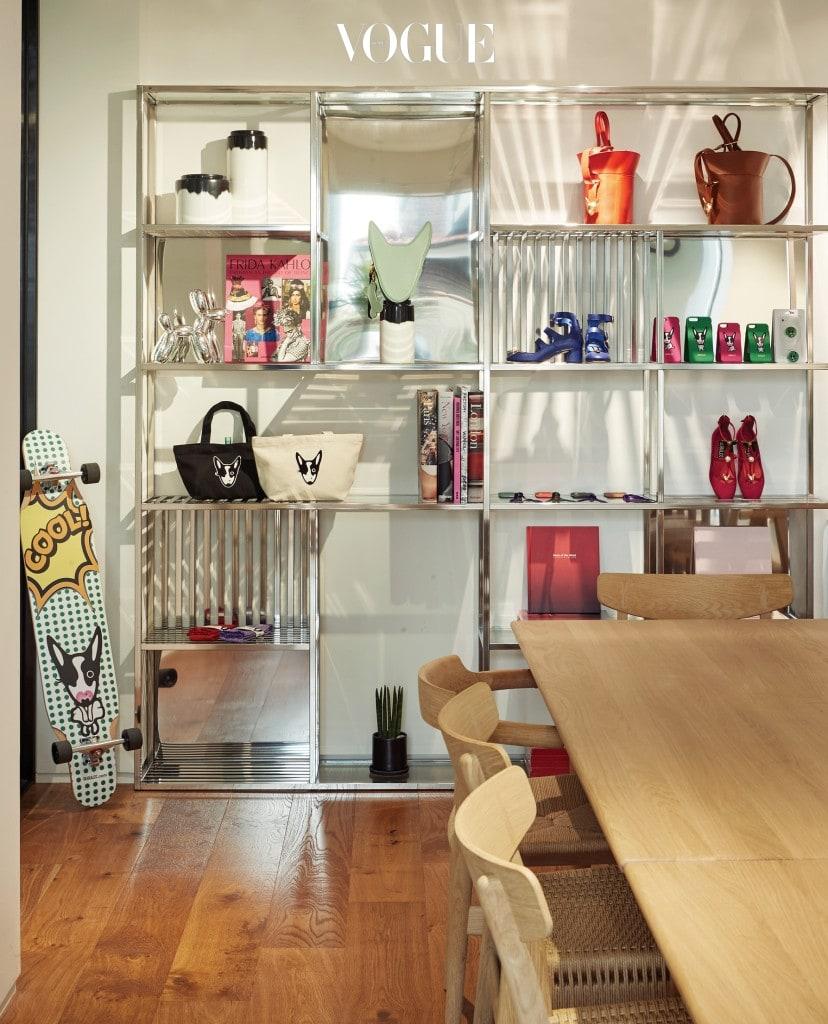 한스 J. 웨그너(Hans J. Wegner)의 다이닝 테이블과 의자가 자리한 카페 한쪽 1층 탈의실 공간을 장식한 식물 스타일링.