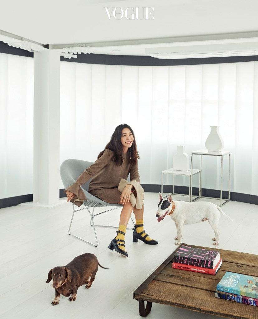 4층 라운지에서 만난 이혜영와 항상 그녀 곁을 지키는 초코(왼쪽)와 부부리. 공간을 둘러싼 하얀 유리 소재 유글라스가 공간을 신비롭게 한다. 자연광이 들어오는 3층에는 아틀리에도 함께 자리하고 있다.
