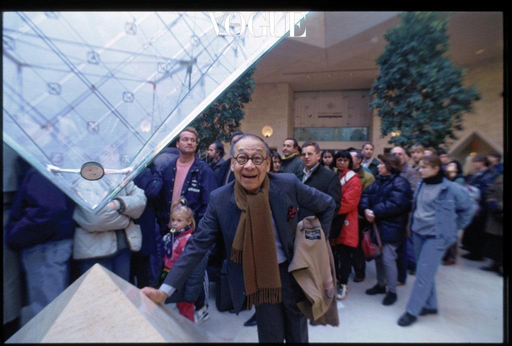 1989년 루브르 박물관을 방문한 이오 밍 페이. 자신이 설계한 유리 피라미드 아래에서 포즈를 취하고 있다.