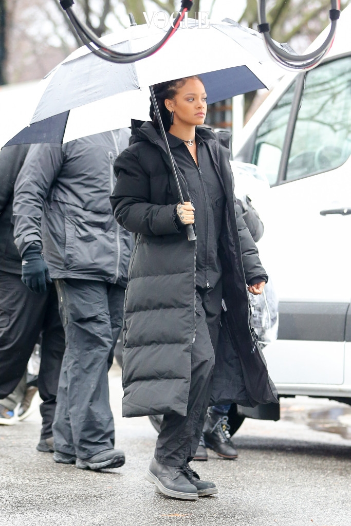 "Rihanna spotted holding a umbrella while covering from the rain in Central Park while filming ""Ocean's 8"" in New York City Pictured: Rihanna Ref: SPL1428562  240117   Picture by: Felipe Ramales / Splash News Splash News and Pictures Los Angeles:310-821-2666 New York:212-619-2666 London:870-934-2666 photodesk@splashnews.com"