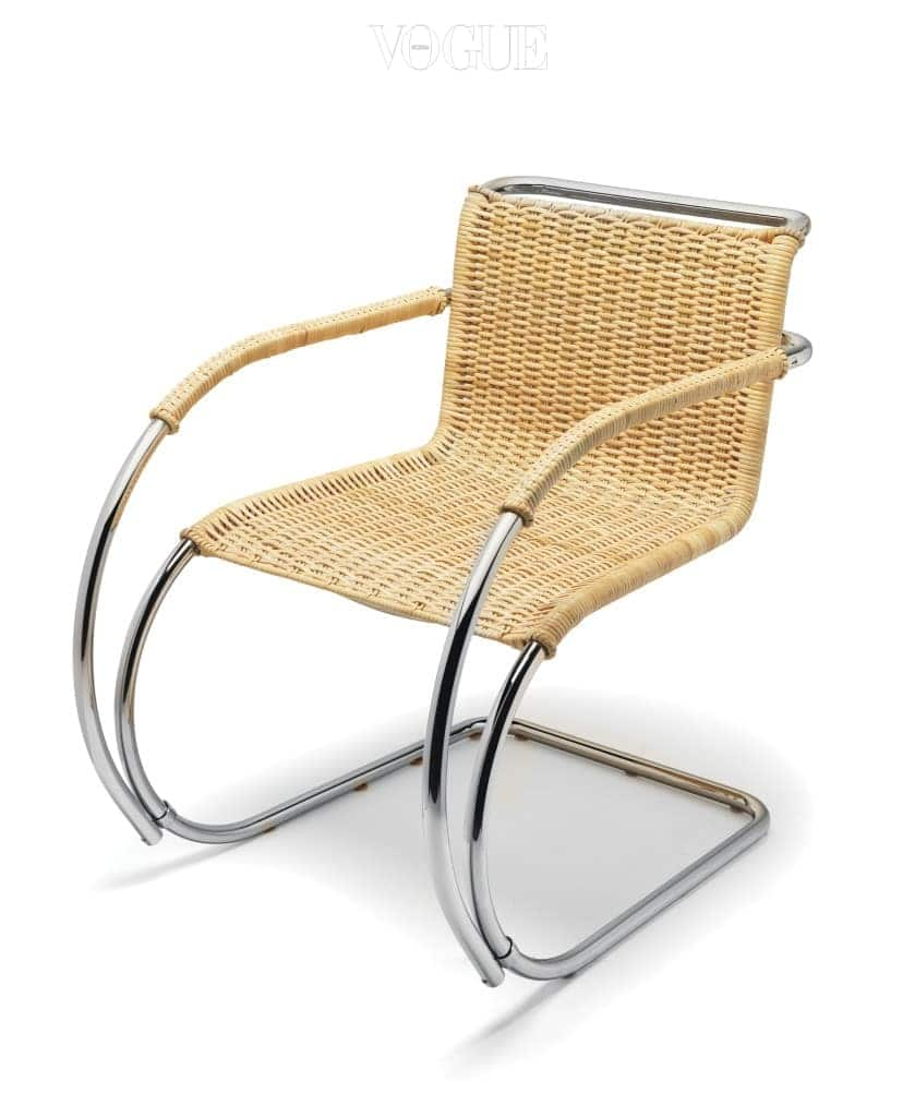 독일 출신의 20세기 대표 건축가 루드비히 미스 반 데어 로에(Ludwig Mies van der Rohe)의 오리지널 디자인인 'D42 바이센호프 암체어(Weissenhof Armchair)'. 캔틸레버 체어(Cantilever Chair, 다리 네 개로 지지하는 일반적인 방식이 아닌, 한쪽 면은 고정하고 반대쪽 면은 공중에 떠 있는 형태의 의자) 제작에 있어서 세계 최고라는 정평이 나 있는 텍타(Tecta)의 대표 제품이기도 해 꼭 소장하고 싶다. 패브릭과 가죽을 선택할 수 있지만, 내추럴 제품이 끌린다. — 에이치픽스 박인혜 대표