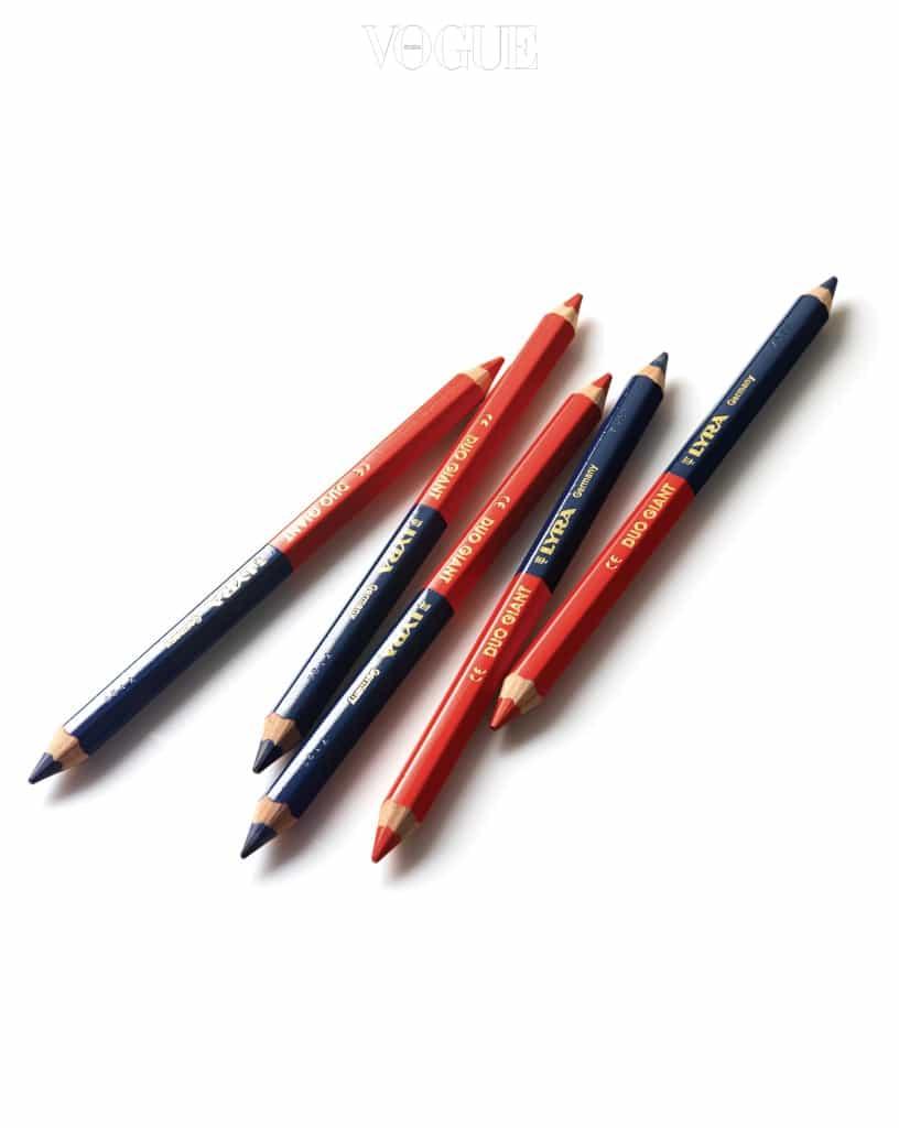 독일 리라(Lyra)의 '듀오 자이언트(Duo Giant)' 연필. 빨간색과 파란색이 양쪽에 있어 편리하다. 상품 수량을 체크할 때나 메모를 하는 등 무언가를 기록할 일이 많은 내게 두 가지 색을 한 번에 번갈아 쓸 수 있는 최적의 연필이다. 'Giant'라는 이름처럼 일반 연필보다 몸통이 뚱뚱해 그립감이 좋고, 복잡한 책상에서 눈에 잘 띈다. — WxDxH 김재원 대표
