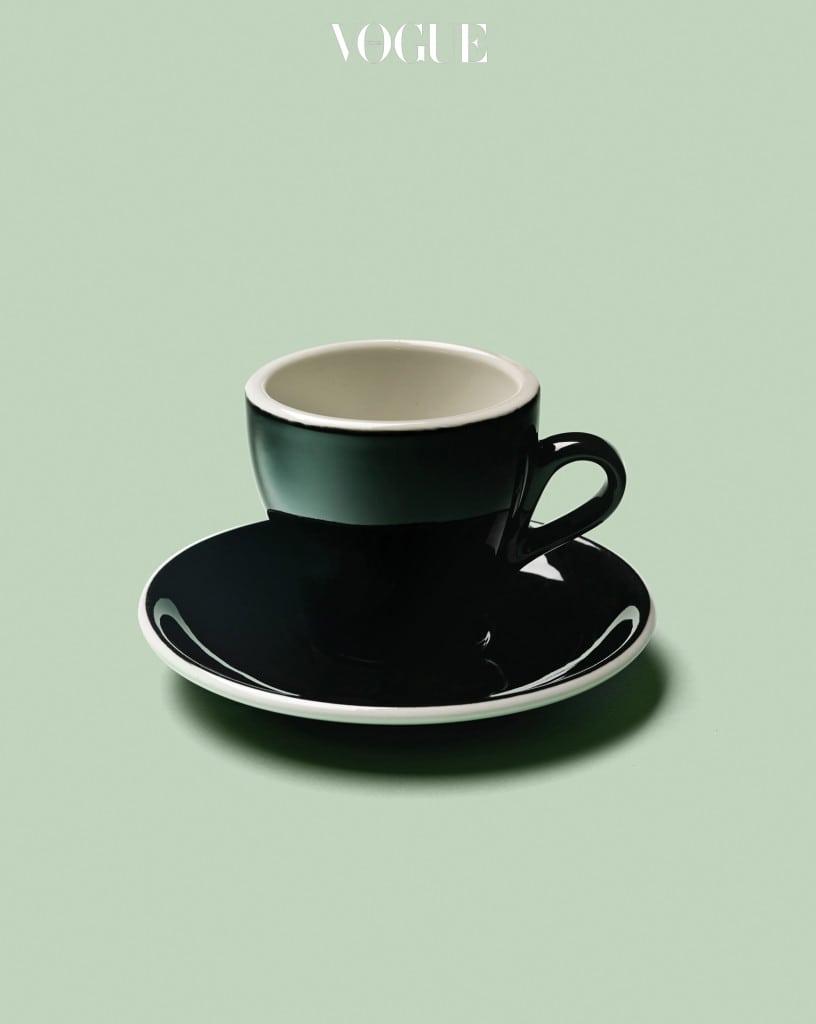 커피를 마실 때마다 사용하는데, 이제는 더 이상 생산되지 않는다니 안타깝다. 반세기 넘는 역사를 가진 이탈리아 최고의 ACF 커피 잔과 소서. 그중에서도 블랙 튤립 에디션! 유럽에 출장 갈 때마다 눈여겨보다가 코발트샵 카페에서 꼭 사용하고 싶어 2012년에 수입했다. 놀랍게도 그것이 마지막으로 생산된 제품이었다. — 코발트샵 유미혜 대표