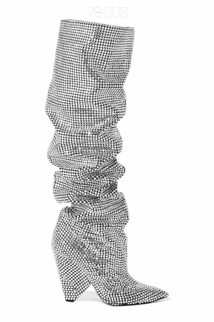 생로랑의 올-오버 화이트 크리스탈 엠브로더드 니키 105 싸이-하이 부츠, 가격 1천3백만원대.