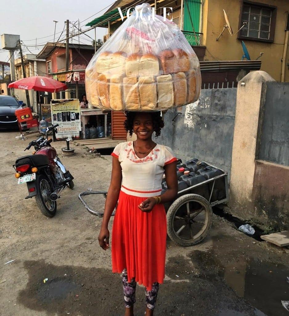 빵을 팔아 돈을 벌기 위해 거리를 지나가던 1989년생 올라주모크 오리사구나는 누군가의 여행 사진에 우연히 찍히며 인생역전 이야기가 시작됩니다. @tiniegram
