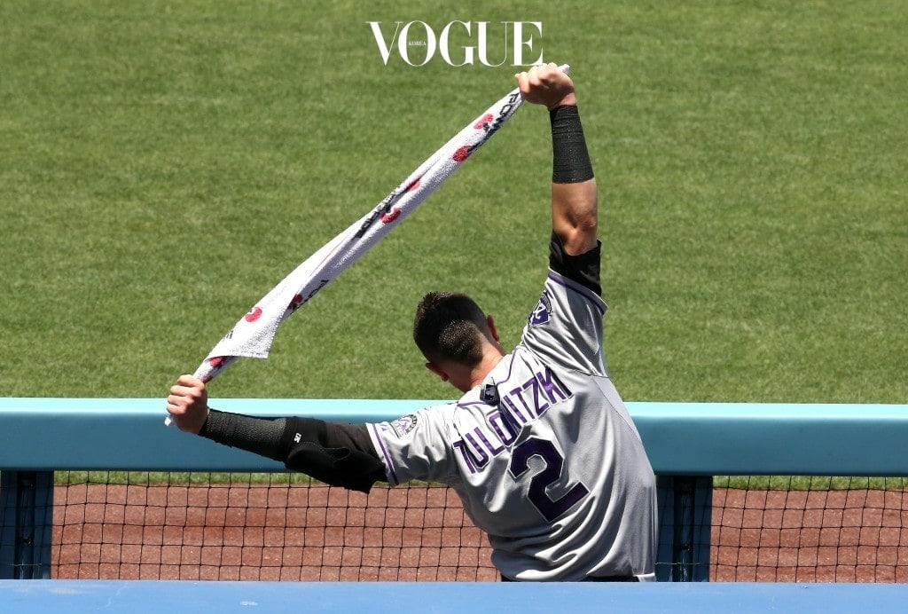 밴드를 잡고 상체를 좌우로 기울이면 비뚤어진 어깨 균형을 바로 잡아 어깨와 팔 통증을 완화시킬 수 있어요. 또한 밴드를 수평이 되도록 잡고 두 팔을 아래쪽으로 끌어당겨 'W' 모양을 만들면 구부정한 등을 펴고 어깨 뒤쪽 근육을 강화시킬 수 있죠.