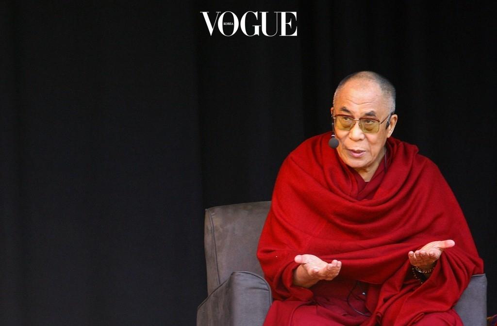 티베트의 정신적 지도자라 불리는 달라이라마는 중국에서 '테러리스트'로 분류되는 인물이기 때문입니다.  비폭력운동을 통해 중국으로의 티베트 독립을 꾀했고, 이 공로로 1989년 노벨 평화상을 수상하기도 한 그는 독립국가 건설을 위해 무장투쟁을 주장하는 티베트 강경파와 거리를 두고 있음에도 중국 정부로부터 '테러리스트'로 분류되고 있습니다.