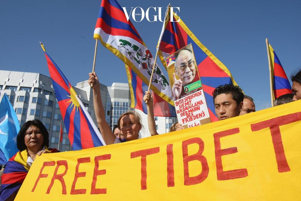 """중국 네티즌들 사이에서는 """"중국인에게는 빈 라덴과 악수하고 있는 것 같이 보인다."""" """"달라이 라마와 악수하는 건 중국 팬을 전혀 신경쓰지 않는다는 증거.""""라는 의견과 """"이제 국수주의적 시각은 버려야한다.""""는 의견이 분분하게 이어지고 있습니다."""