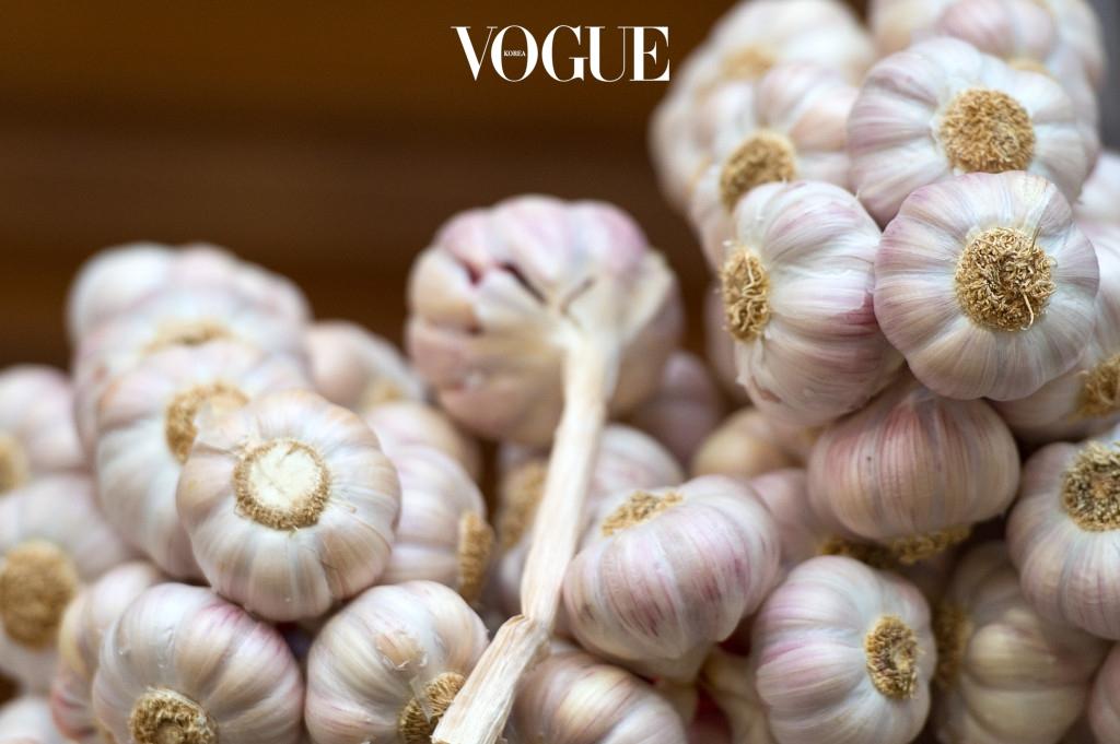 2 마늘  마늘은 따뜻한 성질을 가진 대표 식품이죠. 마늘은 몸 속의 냉기를 몰아내고 혈액순환을 촉진시켜 몸을 따뜻하게 만들어준답니다. 또한 호르몬 분비를 안정시켜 생리통 완화에도 큰 도움을 주고 수은을 빼주는 효과도 있어요.