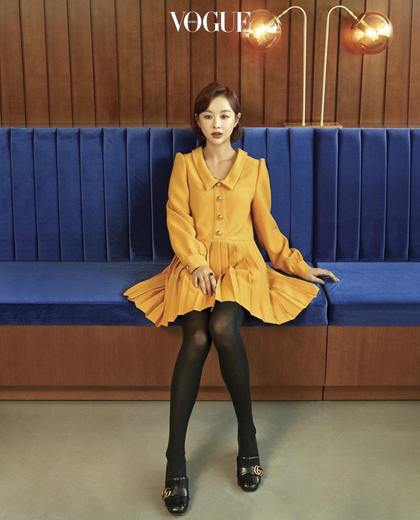 상수역 근처에 자리한 임블리 플래그십 스토어 4층 카페에서 포즈를 취한 임지현. 노란 시프트 드레스는 임블리(Imvely).