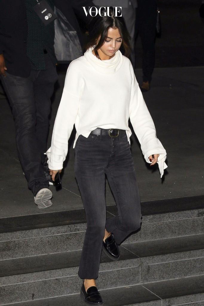 셀레나 고메즈 Selena Gomez 메이드웰(Madewell) 아이보리 터틀넥 $69.50 그레이 벨보텀 데님팬츠 $135