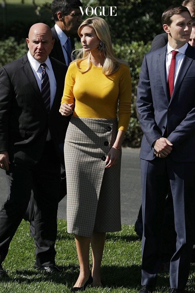 이방카 트럼프 Ivanka Trump 자라(Zara) 옐로 스웨터 $29.90 랩 미디 스커트 $69.90