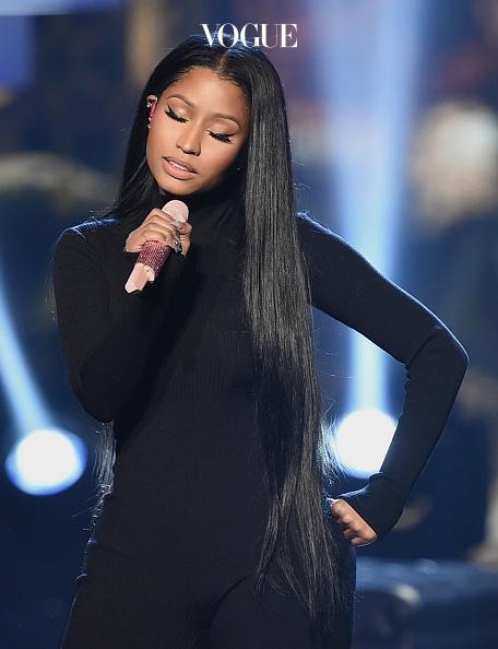 아무리 긴 머리라도 관리는 필수겠죠? 흑발일 때도 마찬가지. 윤기 가 흐르는 머리결을 자랑합니다.