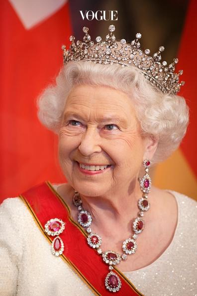 여왕 끼리는 통하는 걸까요? 비욘세는 엘리자베스 2세와 먼 친척 관계라고 합니다. 먼 친척이 무슨 관계가 있냐고요? 왕정 시대는 신분간의 차별이 엄격했습니다. 만약 그 당시 였다면 비욘세도 '태어났더니 귀족' 이었을 가능성이 크죠.