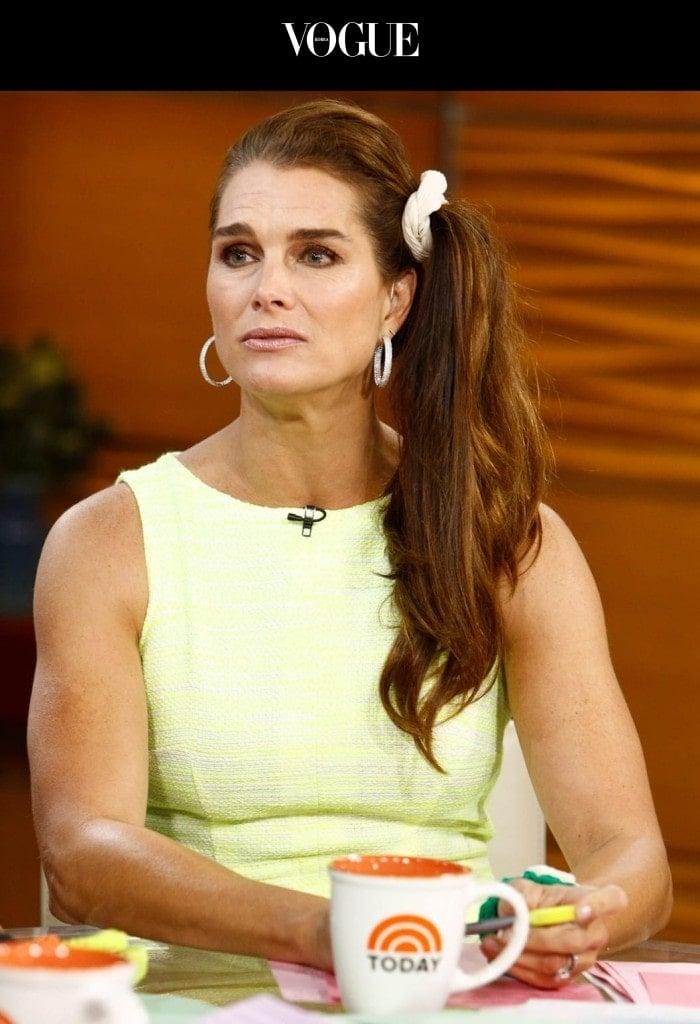어때요, 스타들의 머리에서 반짝반짝 빛나는 총천연색 굵은 머리끈의 활약이! 브룩 쉴즈 Brooke Shields
