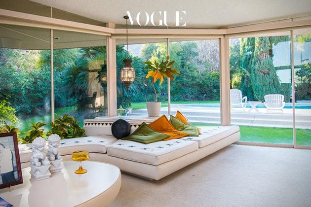 캘리포니아 팜 스프링스에 위치한 이 집은 엘비스 프레슬리가 프리슬라 보리(Priscilla Beaulieu)와 1967년 결혼할 당시 잠시 빌렸던 곳으로 명성이 나있죠.  현대 건축가 윌리엄 그리셀(William Krisel)이 설계했으며, 돌을 사용해 섬세하게 조각된 원형의 집이 탄생했습니다.