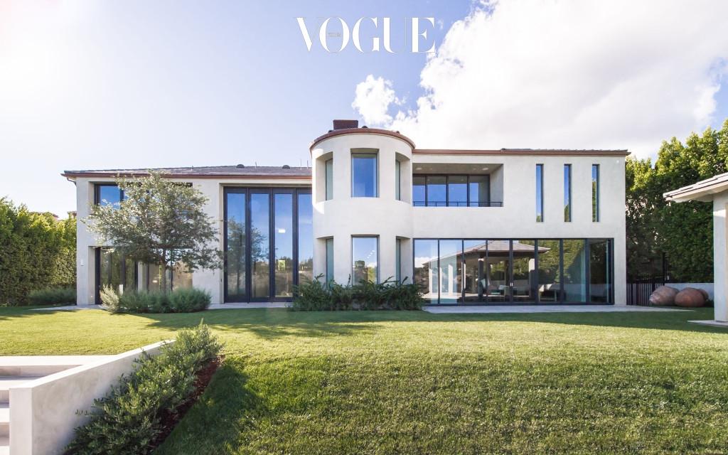 2013년, 웨스트 부부는 로스엔젤레스 벨 에어(Bel-Air) 지역에 위치한 이 집을 엘리스 프레슬리의 딸인 리사 마리 프레슬리(Lisa Marie Presley)에게 약 98억(900만 달러)의 가격으로 구매했습니다.