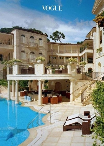이미 4채의 집을 가지고 있는 리한나는 4년 전, 그녀의 고향 바베이도스에 있는 큰 맨션을 240억(2,200만달러)에 구입해 화제였습니다.