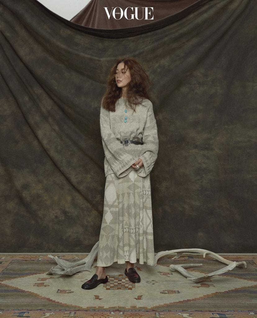 나바호 패턴의 면 드레스와 여유로운 스웨터, 자수 장식 블로퍼, 메탈 벨트는 폴로 랄프 로렌(Polo Ralph Lauren), 레이어링한 터키석 목걸이와 자개 반지는 에나 주얼리(Aena Jewelry).
