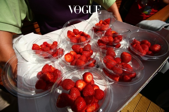윤기가 자르르 도는 딸기. 물론 그냥 먹어도 맛있고요.