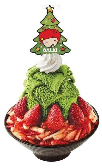 SNS에서 화제몰이를 하고 있는 설빙의 새 메뉴! 딸기트리설빙입니다. 꾸덕꾸덕하고 진한 제주산 녹차 아이스크림과 달콤한 과즙을 잔뜩 머금은 생딸기가 만났죠! 쌉싸름한 녹차를 촉촉하고 달콤한 딸기가 잡아주다니! 맛이 없을 수 있나요?
