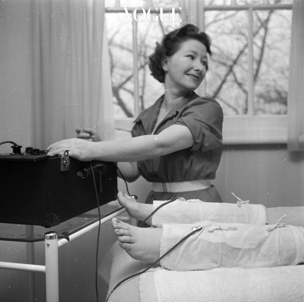 3rd March 1960:  Margot Varley gives electric, ankle-slimming treatment at Britain's only beauty farm at Knebworth in Hertfordshire.  (Photo by Ray Moreton/Keystone Features/Getty Images)