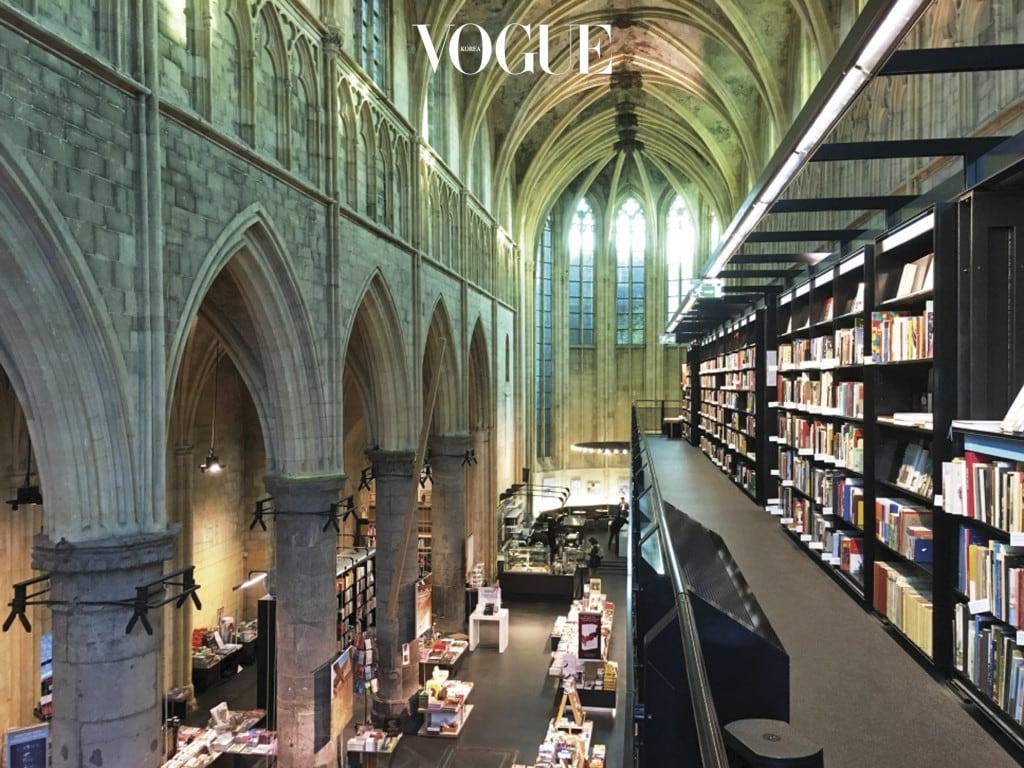 네덜란드 도미니카넌 교회에 들어선 'Boekhandel Dominicanen'은 영국의 과 가 '세상에서 가장 아름다운 서점'으로 선정했다.
