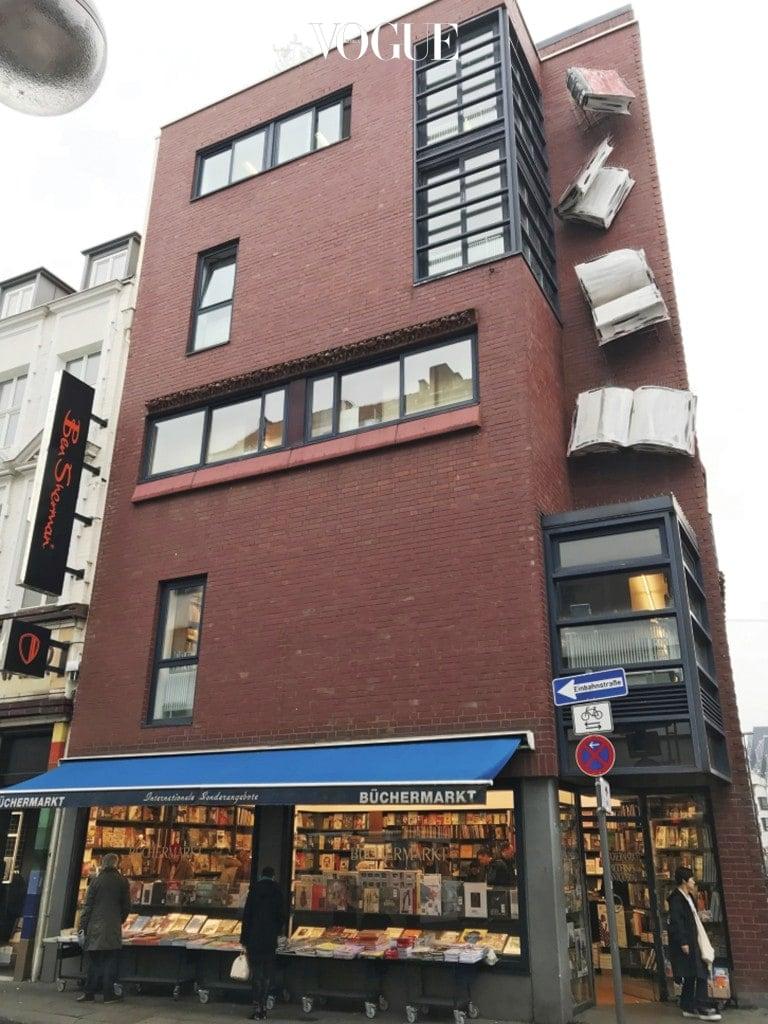 책 조형물로 건물을 꾸민 독일의 예술 전문 서점 'Büchermarkt'. 네덜란드의 어린이 전문 서점 'Kinderboekwinkel'.