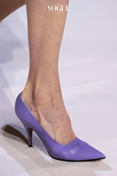 카일리 제너의 싸이 하이 부츠대신 클래식한 힐도 충분히 예쁘답니다.