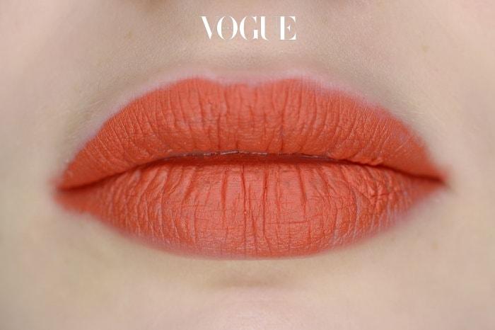 2 매트한 립스틱을 입술에 직접 대고 바른다 사실 뻑뻑한 질감의 립스틱은 숙련된 전문가도 프로페셔널하게 바르기 힘들답니다. 쉽게 뭉치고 미세한 각질이 부각되기 쉽기 때문이죠. 매트한 립스틱은 스패츌러로 살짝 긁어내 손등에 뭉갠 다음 립 브러시를 이용해 발라보세요.
