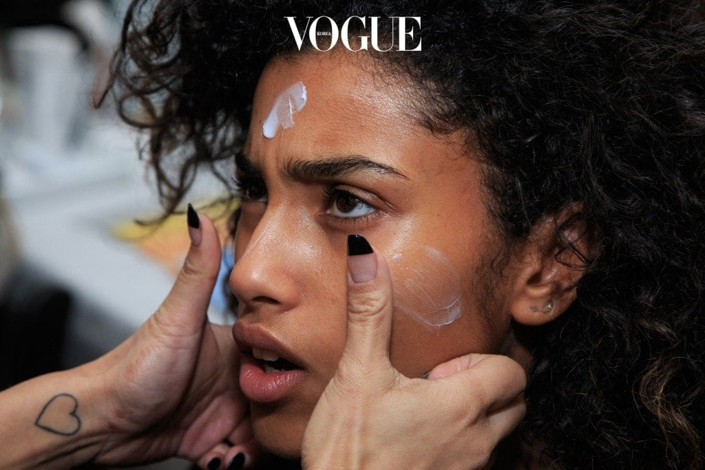그렇다면 시카 크림이 대체 뭐냐고요? '시카'는 불어의 'cicatrice(상처)'에서 유래된 단어로, 손상된 피부의 재생을 도와주는 효능을 의미합니다. 한마디로 시카 크림이란 손상된 피부를 개선시켜주는 크림이라는 뜻.
