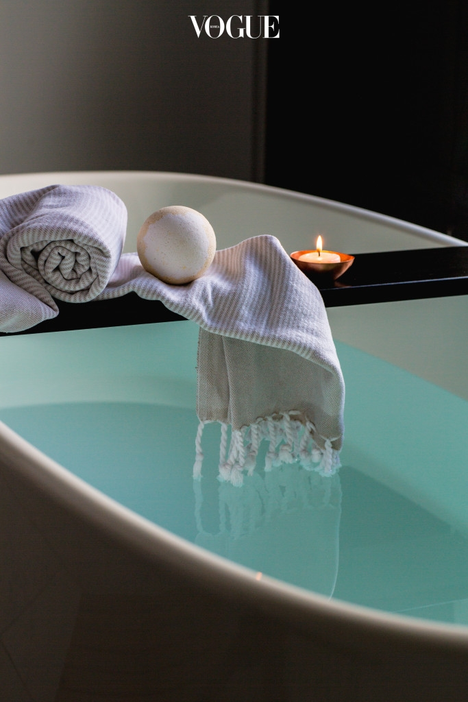 수건이 어떤 재질로 만들어졌던 간에, 샤워볼처럼 어제 사용한 샤워 수건을 이틀 연속으로 재사용하는 것은 바람직하지 않습니다. 만약 빨래 더미가 늘어나는 것을 원치 않는다면 폼 타입의 클렌저를 사용해 부드럽게 씻어주세요.