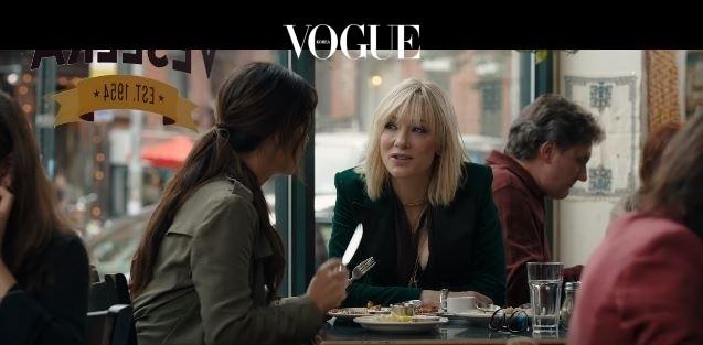 """에서는 플래티넘 블론드로 변신한 케이트 블란쳇(영화 속 이름은 루)이 산드라 블록의 옆에서 조언을 줄 예정입니다. 데비는 왜 이 일을 해야 하느냐고 묻는 루(Lou)에게 말합니다. """"내가 잘하는 일이니까 ."""""""