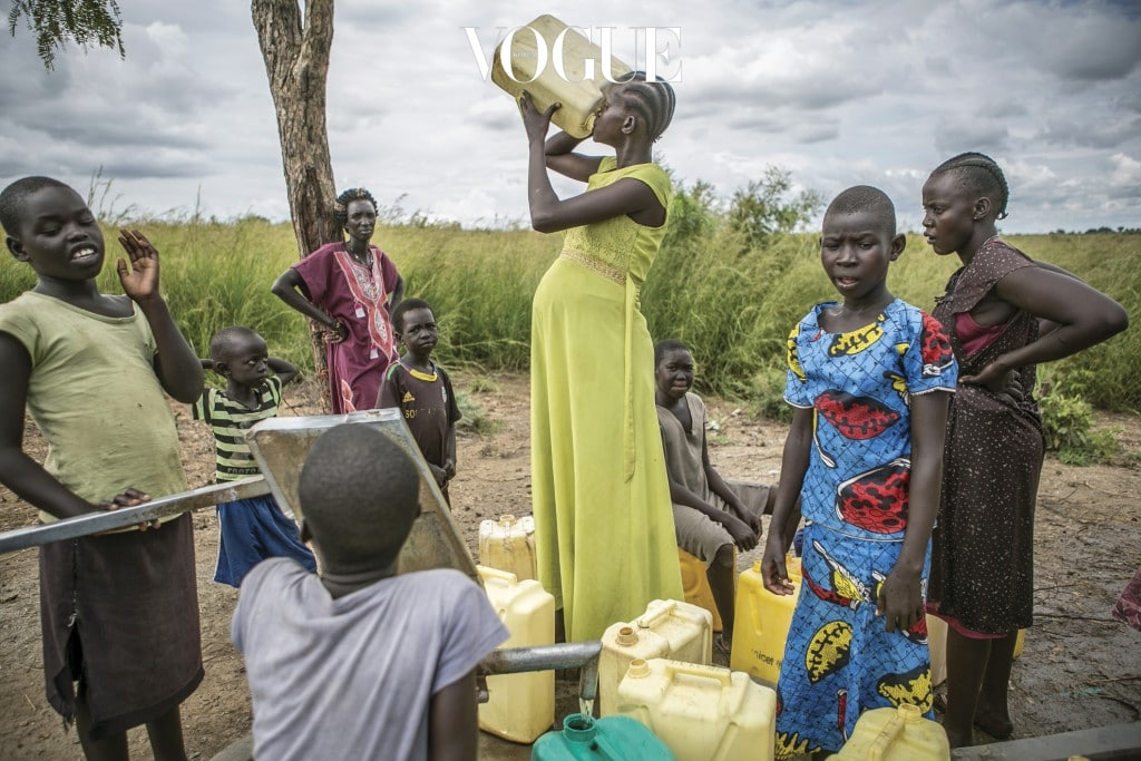 열일곱 살인 니야볼 툿(가운데 노란 원피스)이 우간다의 난민 캠프 안에 마련된 식수 펌프에서 플라스틱 통으로 물을 마시고 있다. 2015년과 2017년 각각 딩카족 군인 네 명과 일곱 명으로부터 강간당해 두 차례 다 임신했다.