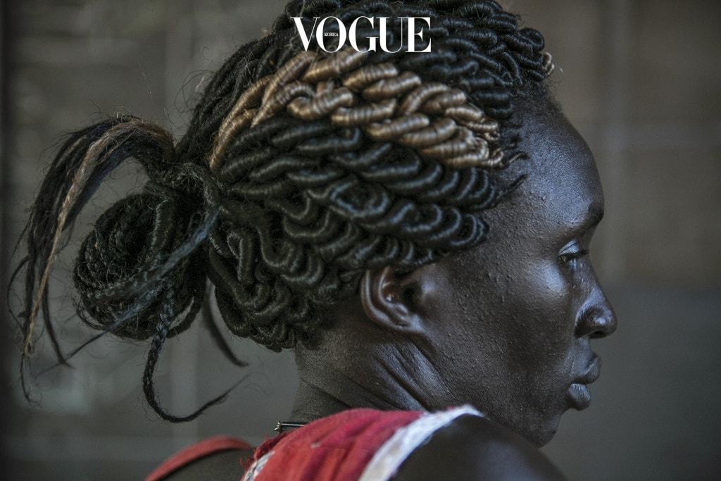 남수단 종글레이주에서 온 니야코앙 가이가 우간다의 난민 캠프 내 천막 안에 앉아 있다. 니야코앙은 지난 2013년 내전 당시 딩카족 군인 여섯 명에게 강간과 구타를 당했다고 한다.