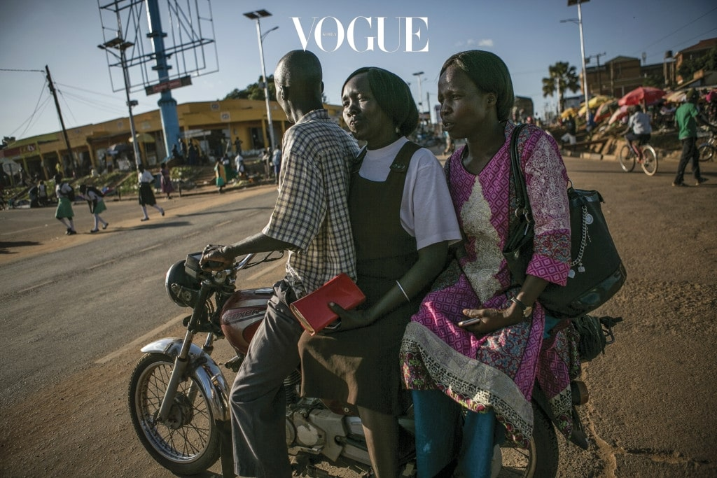 아시로 스콜비아(가운데)와 아쳉 아이린(오른쪽)은 열세 살 때 학교 기숙사에서 잠을 자다 학교를 공격한 LRA 반군들에게 납치됐다. LRA의 막사에 도착한 둘은 반년 뒤 각각 다른 사령관에게 배정돼 성 노예로 살았다. 이들은 9~10년간 LRA 막사에서 지내다 각자 따로 탈출했다.