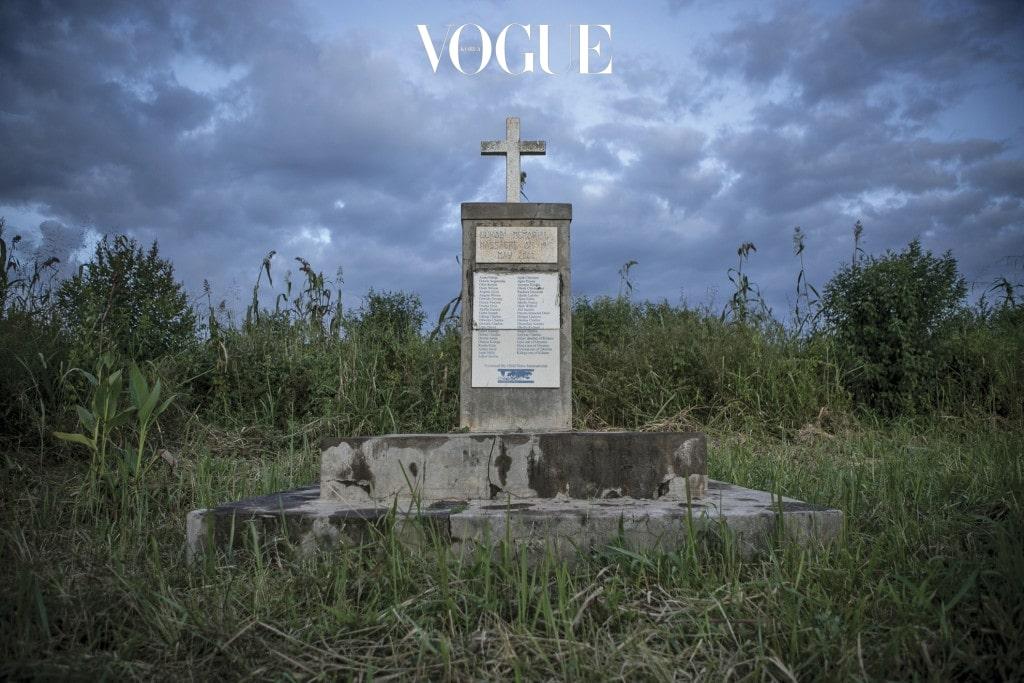 우간다 북부 루코디 마을에 가면 2004년 LRA가 56명의 목숨을 앗아간 루코디 학살 희생자들을 기리는 추모비가 공동묘지 위에 우뚝 서 있다.