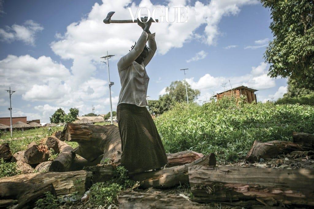 아콧 해리엇이 굴루시에 있는 자신의 집 마당에서 장작을 패고 있다. 여덟 아이의 엄마이기도 한 해리엇은 여덟 살 때 LRA 반군들에게 납치돼 13년을 밀림 속에서 소녀병과 성 노예로 살았다.