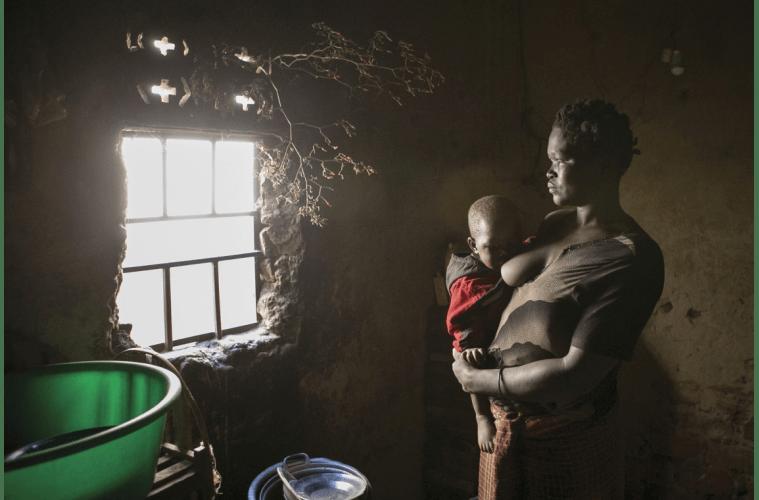 아콧 해리엇이 굴루에 있는 집 안에서 한 살배기 아들 사이디에게 젖을 물리고 있다. 아촐리족인 해리엇은 13년 동안 소녀병과 성 노예로 살면서 LRA 장교와의 사이에서 두 아이를 낳았다. 지금은 사회에 돌아와 낳은 아이 여섯 명에 고아 한 명 등 총 열 명의 생계를 책임지기 위해 옥수수를 팔고 있다.