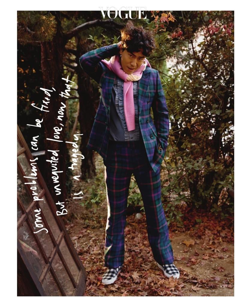 타탄 체크 재킷과 팬츠, 셔츠는 발리(Bally), 목에 두른 분홍색 니트는 사카이(Sacai), 깅엄 체크 슬립온은 MSGM.