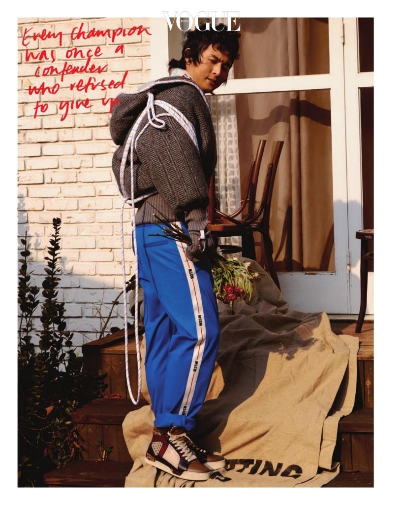 소매에 장갑을 덧댄 로프 장식 회색 점퍼는 몽클레르(Moncler), 패턴 셔츠는 프라다, 파란색 트레이닝 팬츠는 MSGM, 스터드 하이톱 슈즈는 크리스찬 루부탱(Christian Louboutin).