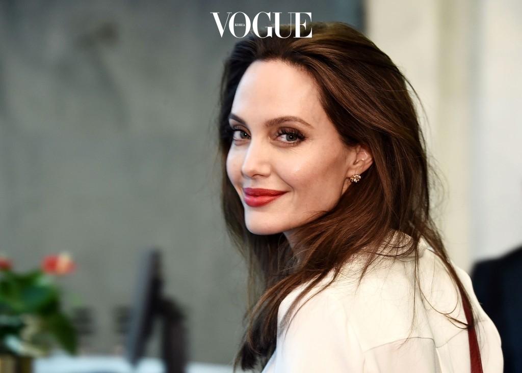 """""""아이들과 함께 그림을 그리거나 덤블링을 하러 가요. 좋아하는 것을 할 때 가장 큰 행복을 맛보거든요. 그리고 그것은 마음의 안정에도 큰 도움을 줘요."""" 안젤리나 졸리 Angelina Jolie"""