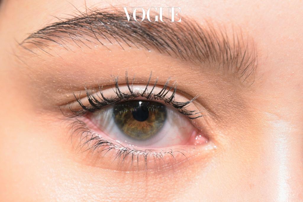 오드아이는 다른 말로 '홍채 이색증'이라고 불러요. 홍채 세포 DNA의 이상으로 양쪽 눈 멜라닌 색소의 농도가 달라져 발생하는 현상이죠. 멜라닌 색소가 많으면 갈색 눈, 부족하면 푸른 눈으로 말이에요.