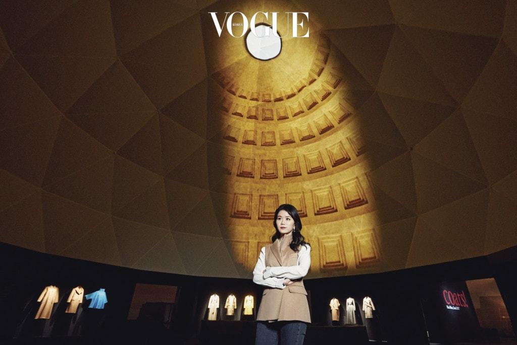 영국 빅토리아앤알버트 미술관 최초의 한국인 레지던시 아티스트 강이연 작가. 돔 안쪽의 빈 공간에 디지털 영상을 비춰 새로운 곳처럼 보이게 하는 '디지털 매핑'을 선보였다.