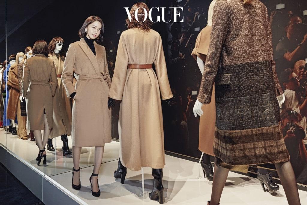 2010,s the fashion show서울 스페셜 코트를 입은 윤아. 2010년대 '패션쇼' 방에서 포즈를 취하고 있다.