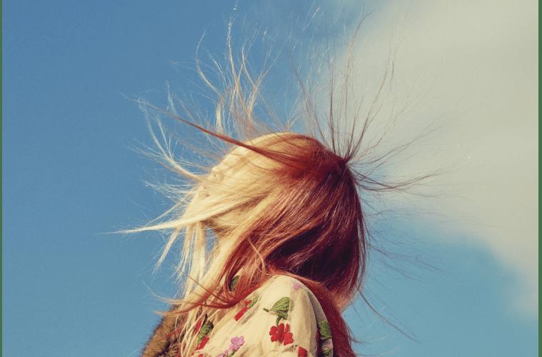 잔잔한 꽃 자수가 놓인 섬세한 튤 드레스와 모피 머플러는 시몬 로샤(Simone Rocha).
