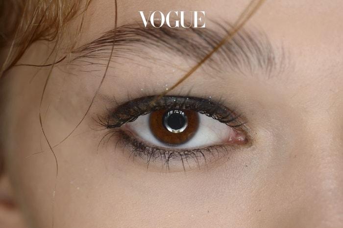 새까만 블랙 아이라이너보다는 자연스러운 갈색 아이라이너를 사용해보세요. 부드러운 인상을 줄 수 있을 뿐더러 언더라인에 살짝 그려주면 눈이 훨씬 커보이는 효과를 줄 수 있답니다.