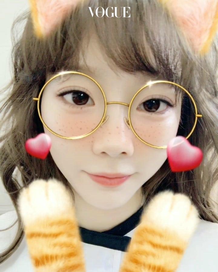 셀러브리티들이 셀카 어플 중 안경 꾸미기 효과로 귀요미 얼굴을 완성하고 있는 것! 태연 @taeyeon_ss